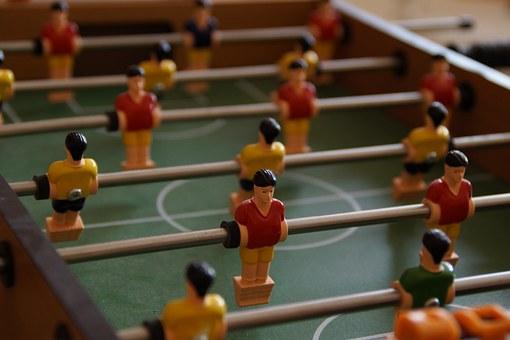 stół z piłkarzykami
